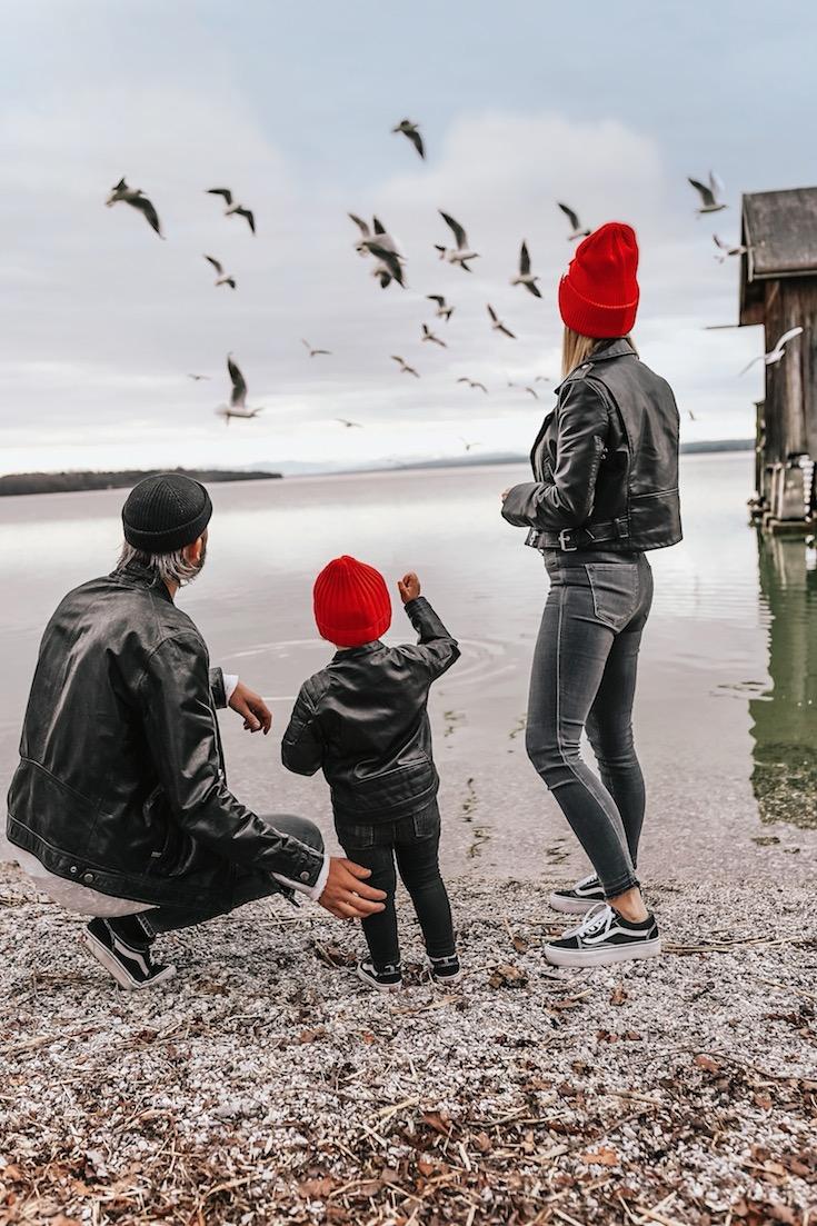 stylingliebe-juliamosig-mamablog-familienblog-muenchen-elternblog-mamablogger-familienblog-auf-der-eisenbahn-sitzt-ein-schwarzer-mann
